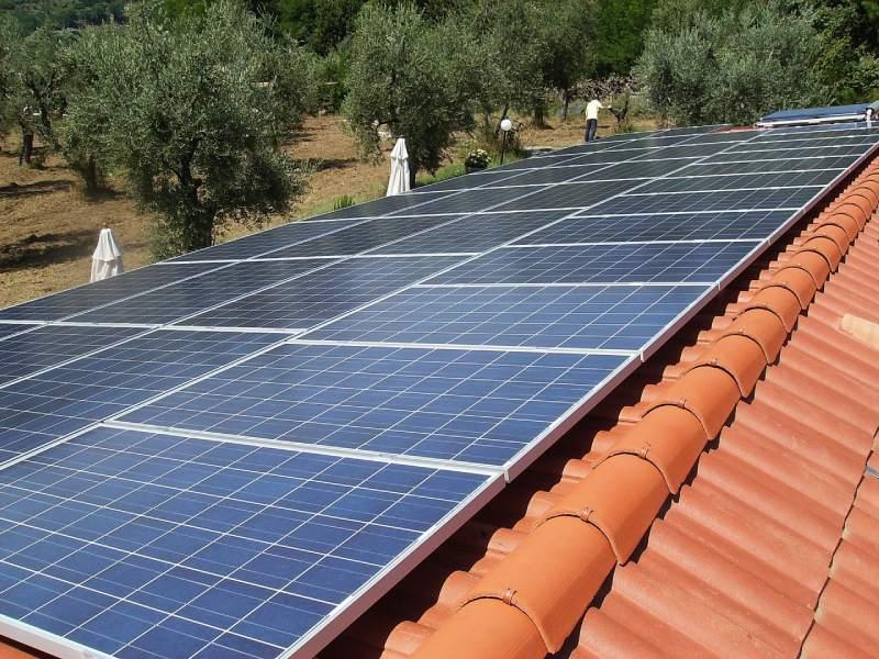 pannelli solari fotovoltaici posizionati su abitazione
