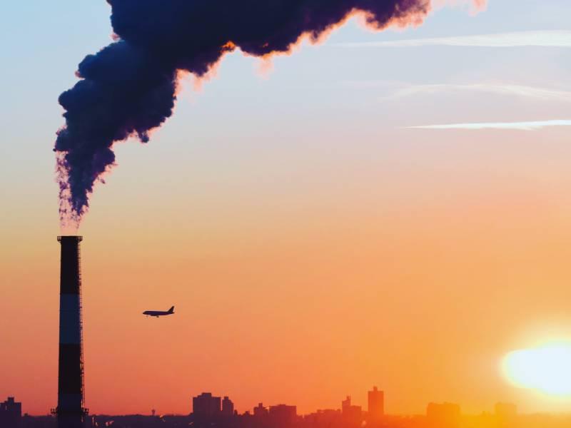 industria che inquina l'ambiente