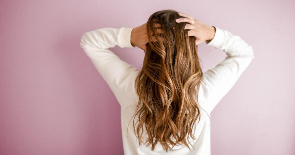 Donna che si tocca i capelli