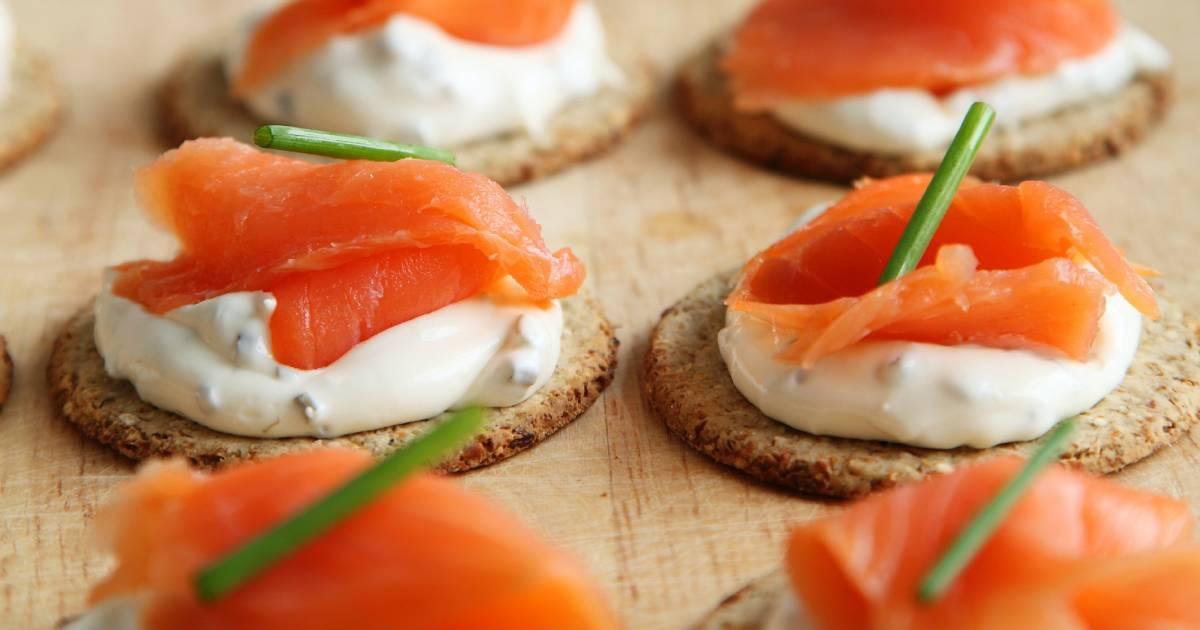 crostini con salmone in primo piano